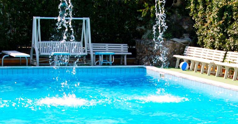 Hotel 3 stelle con piscina per bambini sul mare ad alba for Hotel ad asiago con piscina